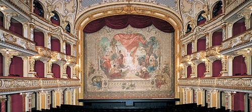 Zuschauerraum des Opernhauses in Zürich. Blick auf den originalen Theatervorhang. Foto: Archiv P. Grünert, Zollikon.